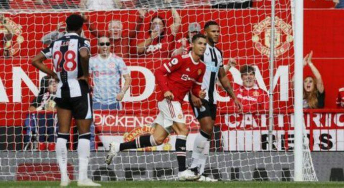 Cristiano Ronaldo membawa MU unggul di babak pertama.